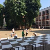 Milano, consulenti aziendali ed esperti di marketing diventano imbianchini e giardinieri per ripulire le scuole elementari