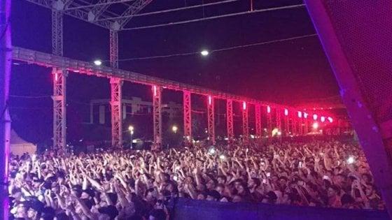 Milano, panico al concerto di Guè Pequeno e Marracash: la folla scappa spaventata per uno spray al peperoncino