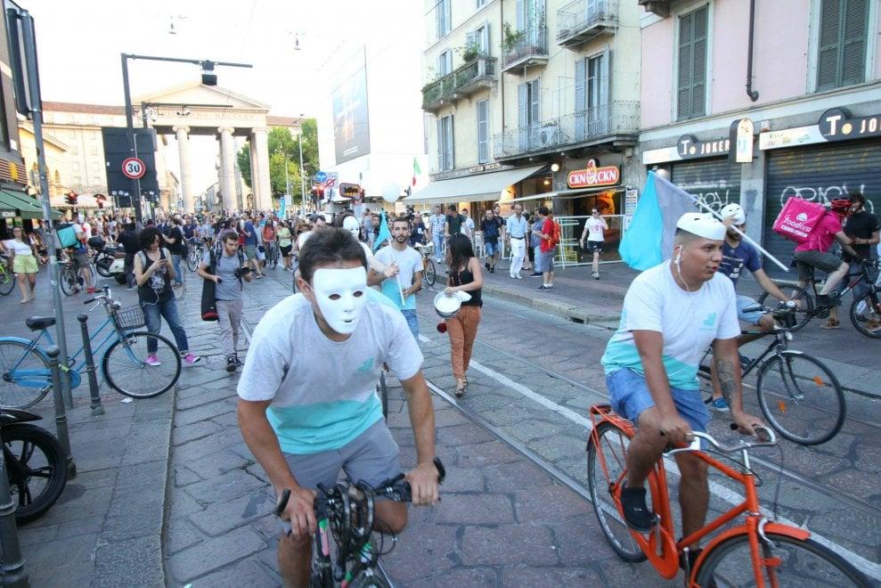 Milano, la protesta in bicicletta dei rider delle consegne a domicilio
