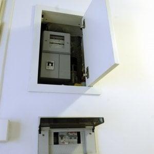 Milano, scoperti ladri di energia elettrica: allacci abusivi all'impianto condominiale per non pagare la bolletta
