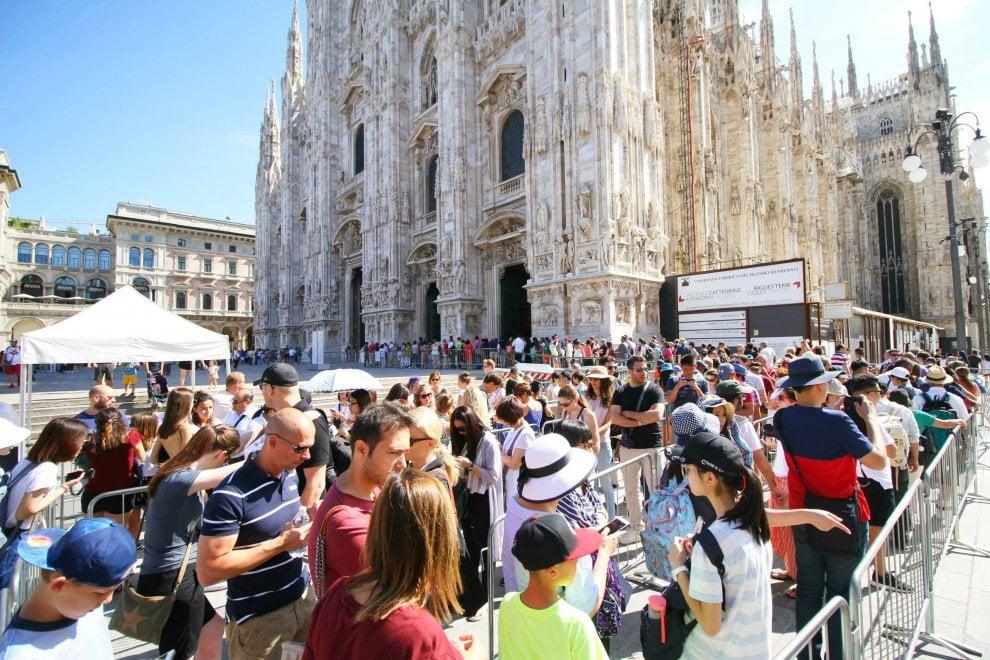 Milano, lunghe code di turisti sotto il sole per visitare il Duomo e la Galleria