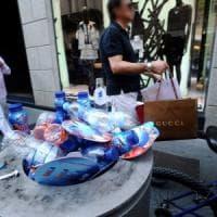 Rifiuti, nei cestini delle strade di Milano sempre più vestiti e scarti della cucina