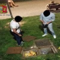Milano, la birra dei venditori abusivi nascosta nei tombini della Darsena tra blatte e topi: 5 denunce
