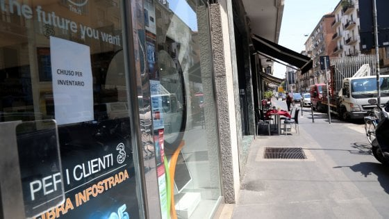 Milano, furto con spaccata in centro: bottino 200 smartphone, fuggiti i 4 ladri