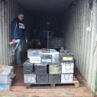 Milano, tonnellate di batterie rubate e spedite all'estero: denunciata la banda della ricicleria