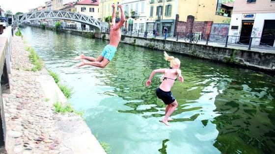 Milano, bagni e tuffi in Darsena e lungo i Navigli: c'è chi dice sì