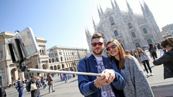 Movida sicura a Milano, vietati anche i selfie stick: scattano i divieti dell'estate in Darsena