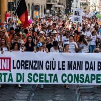 A Milano 3mila free vax sfilano con i loro bambini: