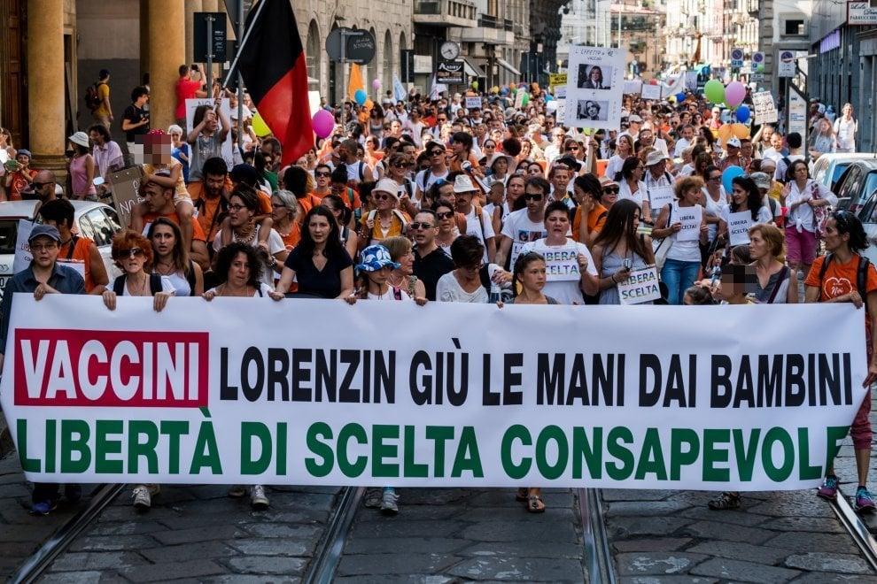 """A Milano 3mila free vax sfilano con i loro bambini: """"No all'obbligo di vaccino"""""""