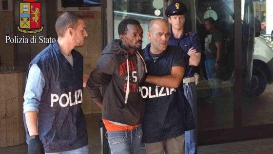 """Poliziotto accoltellato in Centrale, gli avvocati stanno con il giudice: """"Giusta la scarcerazione"""""""