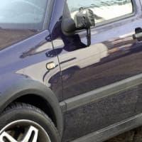 Milano, strappa 13 specchietti dalle auto in sosta : arrestato all'alba