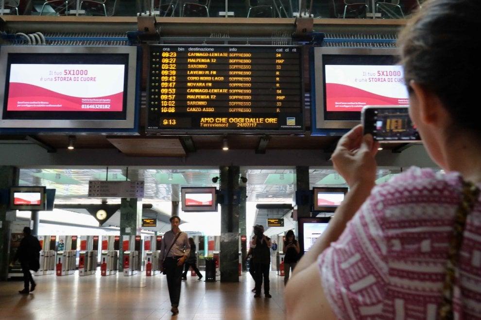 Sciopero Trenord, i pendolari a Cadorna fotografano la sfilza dei treni soppressi