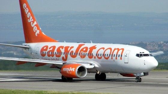 """EasyJet, voli cancellati e disagi per centinaia di passeggeri: """"Tre giorni per ripartire"""". L'Enac avvia un'indagine"""