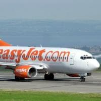 """EasyJet, voli cancellati e disagi per centinaia di passeggeri: """"Tre giorni per r..."""