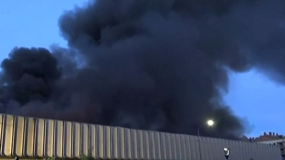 Incendio deposito rifiuti, le autorità: tenete le finestre chiuse