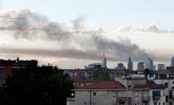 Milano, in fiamme un deposito di rifiuti in periferia