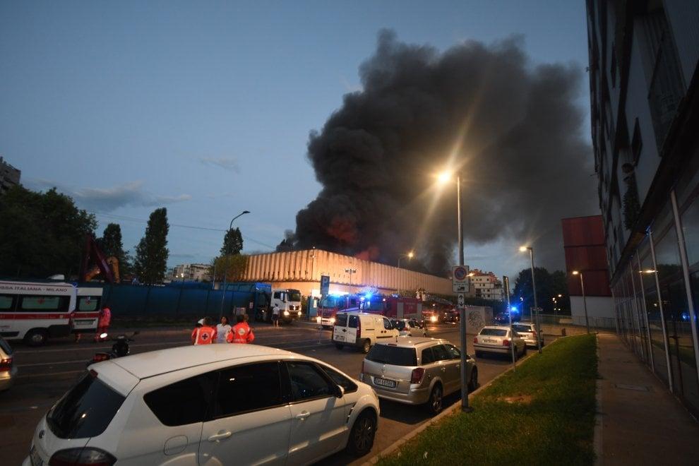 Milano, fiamme nel deposito di rifiuti industriali