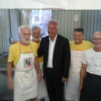 Brescia, fuoriprogramma per Veltroni alla festa dell'unità: cane lo morde