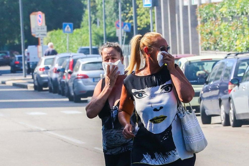 Milano, incendio nell'azienda rifiuti: il quartiere prigioniero della nube