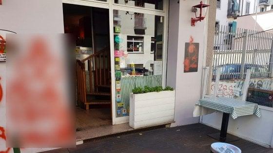 """Milano, la pizzeria gay-friendly tappezzata di oscenità: """"Attacco omofobico"""", i filmati alla polizia"""