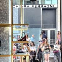"""Chiara Ferragni apre (da Capri) il suo nuovo store. Niente folla, le giovani follower: """"Qui per studiare il brand"""""""