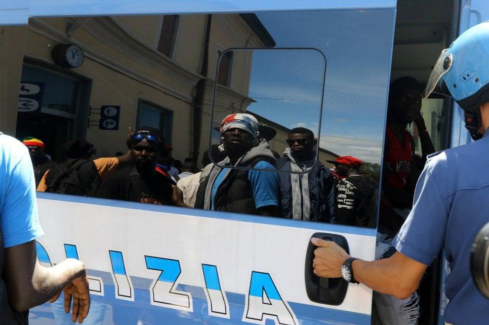 Varese, la protesta dei migranti dopo il no al permesso di ...