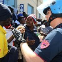 Varese, la protesta dei migranti dopo il no al permesso di soggiorno