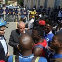 Migranti, protesta in massa a Busto Arsizio: un centinaio in treno per manifestazione in...