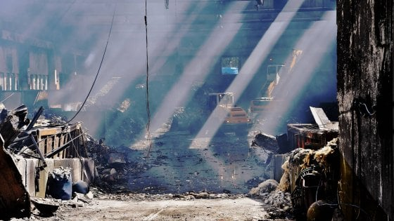 Milano, incendio nel deposito rifiuti: spente le ultime fiamme, attesa per i risultati delle analisi dell'aria