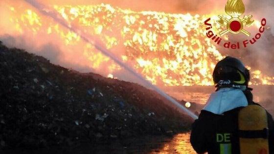 Ancora grosso incendio ad Arese, fiamme altissime dietro al centro commerciale