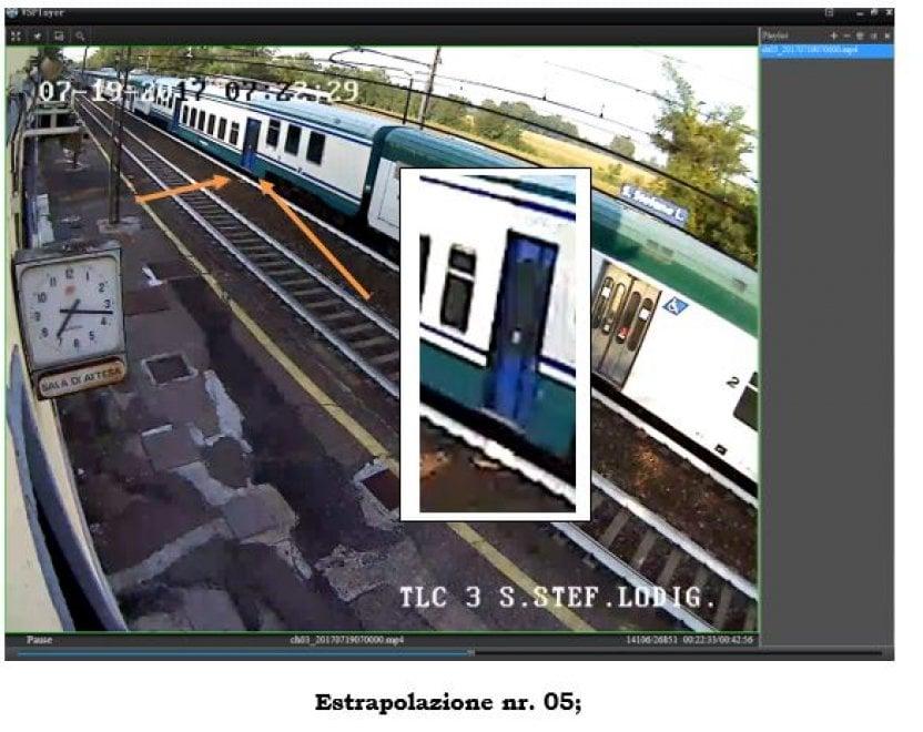 Accoltellamento sul treno per Milano: la fotosequenza che smaschera il controllore