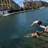 Milano, 1.000 euro di multa per il tuffo in Darsena dei consiglieri: