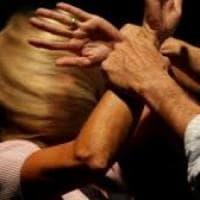 Bergamo, minacce di morte e violenze all'ex moglie e alla figlia: 40enne