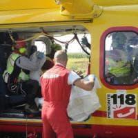 Milano, auto contro camion sulla provinciale: due ragazze ferite gravemente