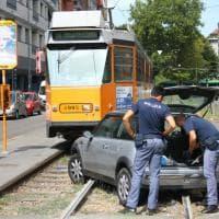 Milano, inseguito dalla polizia abbandona l'auto sui binari del tram e scappa a piedi: tutto bloccato