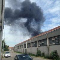 Incendi, capannone industriale prende fuoco a Lissone: fiamme alla Brugola