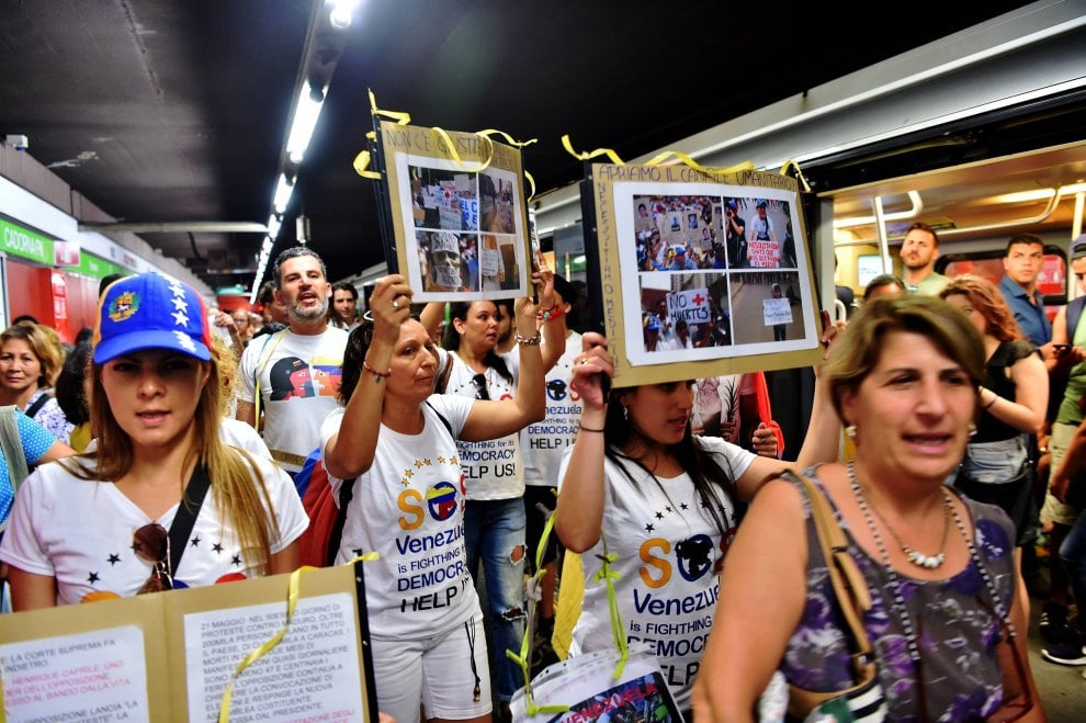 """Venezuela, protesta anti-Maduro anche a Milano: """"I nostri giovani stanno morendo"""""""