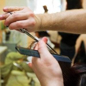 Brescia, sbaglia l'acconciatura a una cliente: parrucchiera picchiata