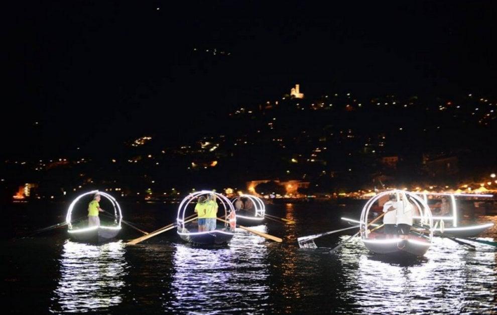 Lo spettacolo delle 'lucie' e dei fuochi d'artificio illumina la notte sul lago di Como