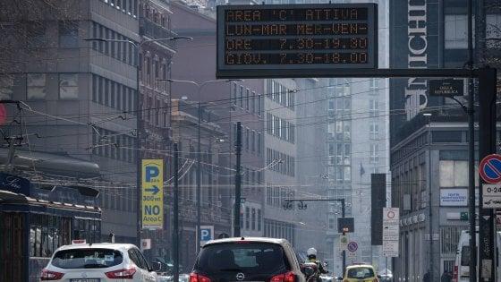 Area C a Milano, con i nuovi divieti calano gli ingressi dei mezzi inquinanti: meno 7% in un anno