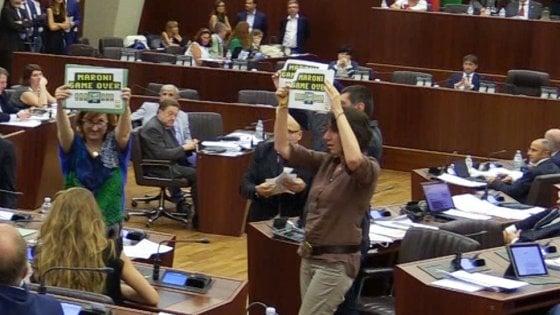 Milano, bagarre in Consiglio regionale per la protesta M5S: in aula arriva la Digos