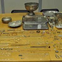 Milano, arrestato ricettatore di argenteria e gioielli: lavorava per bande di ladri d'appartamento