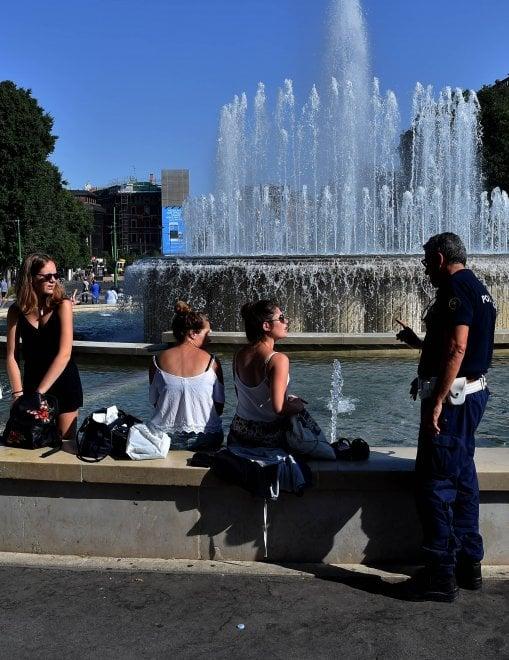 Milano il divieto per i turisti nella fontana di piazza for Ibiza a maggio si fa il bagno