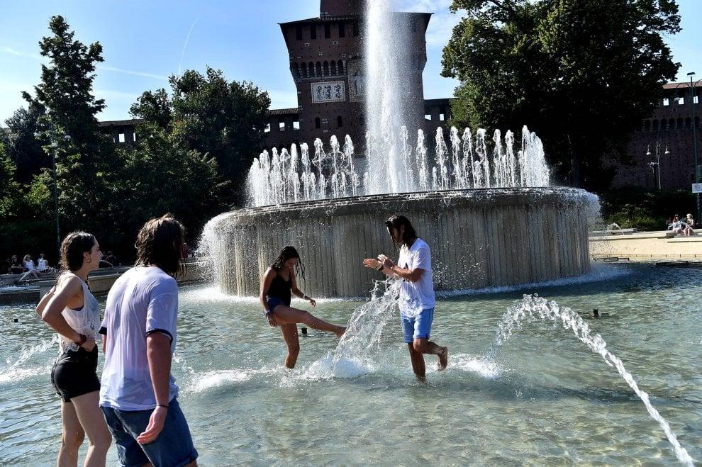 Milano il divieto per i turisti nella fontana di piazza castello qui non si fa il bagno 1 - 94 si fa in bagno ...