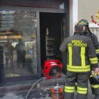 Milano, allontanato dal bar dà fuoco al locale con la benzina: molti clienti, ma nessun ferito
