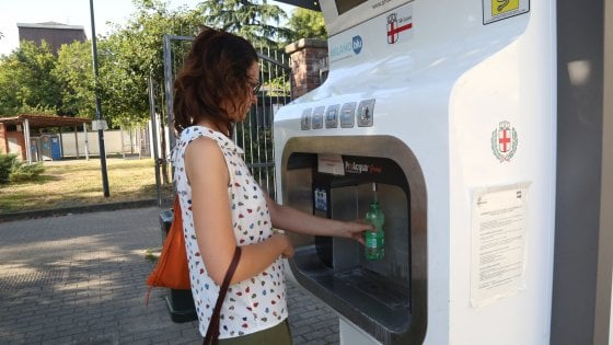 Milano, sempre più case dell'acqua: 8 miliardi di litri versati in 4 anni, consumi record in periferia
