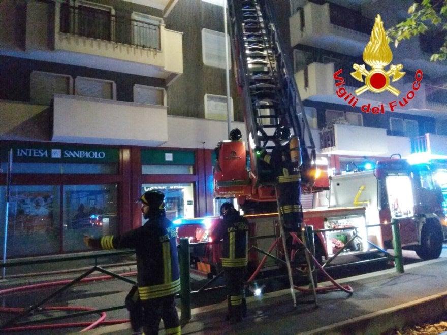 Milano, 82enne muore nell'incendio della sua casa: cortocircuito dal condizionatore