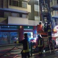 Milano, guasto al condizionatore: 82enne muore nell'incendio, feriti due pompieri