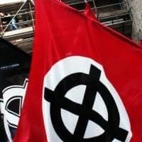 Mantova, giovane aggredito da dieci naziskin in un bar del centro storico: nessuno interviene