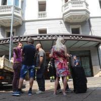 Milano, hotel evacuato per una fuga di gas: chiusa la strada, vigili del fuoco al lavoro